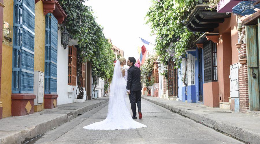 Fotografía de bodas en las coloridas calles de Cartagena. Wedding photography in the colorful streets of Cartagena.