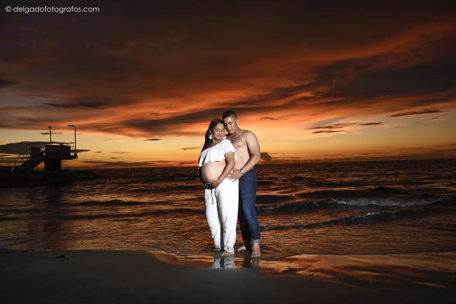 Fotografía familiar de embarazo en lo atardeceres de Cartagena